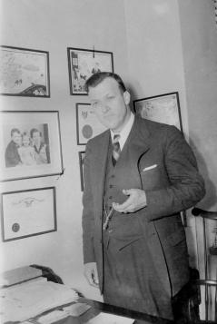 Theodore McKeldin. Paul Henderson, June 1951. MdHS, HEN.00.B1-089.